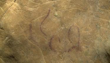 Signos pintados en rojo y trazos grabados en la cueva de El Sidrón. © Javier Fortea. Principado de Asturias, Consejería de Cultura