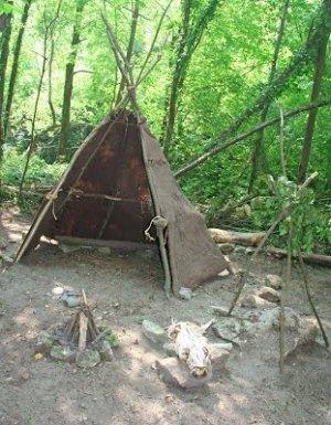 Recreación de un campamento paleolítico en Santo Adriano. © Asociación La Ponte