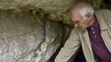 El prehistoriador Jean Clottes visitando La Lluera © Teresa Suárez, La Nueva España