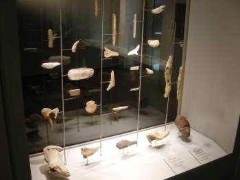 Arte mobiliar procedente de cuevas asturianas. © Ménsula Ediciones, Museo Arqueológico de Asturias