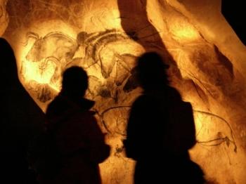 Reproducción de uno de los paneles de la cueva francesa de Chauvet, en el Parque de la Prehistoria. © Santiago Calleja