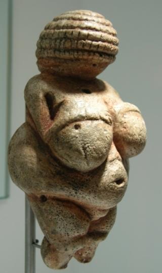 Replica de la venus de Willedorf, en el Parque de la Prehistoria. © Santiago Calleja