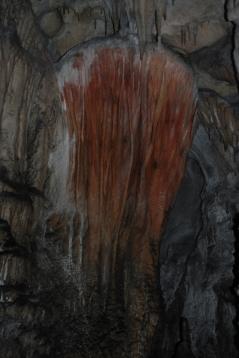 Espeleotema pintado en la cueva de La Lloseta. © Consejería de Cultura, Principado de Asturias