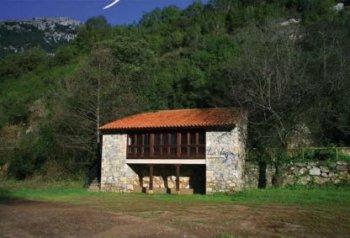 Vista exterior del Aula de La Loja. © Ayuntamiento de Peñamellera Baja
