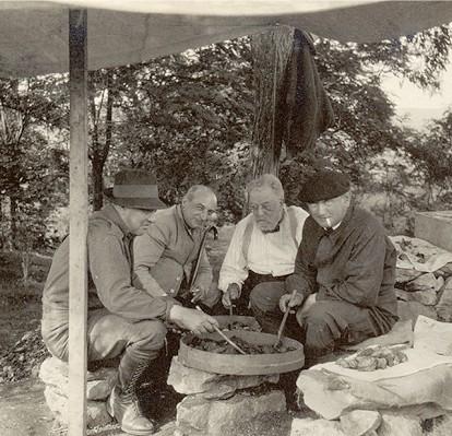 De izquierda a derecha, el Conde de la Vega del Sella, Henri Breuil, el Conde Begöuen y Hugo Obermaier. © Hugo Obermaier-Gesellschaft