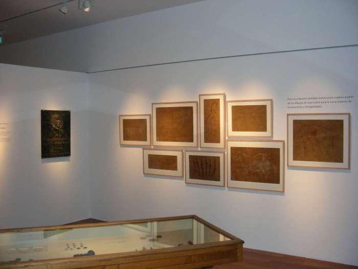 Calcos de Benítez Mellado de cuevas asturianas, expuestos en el Museo Arqueológico de Asturias. © Ménsula Ediciones