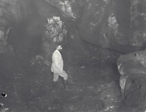 Eduardo Hernández-Pacheco frente al Muro de los Grabados de La Peña de Candamo. © Francisco Hérnandez Pacheco de la Cuesta, CSIC