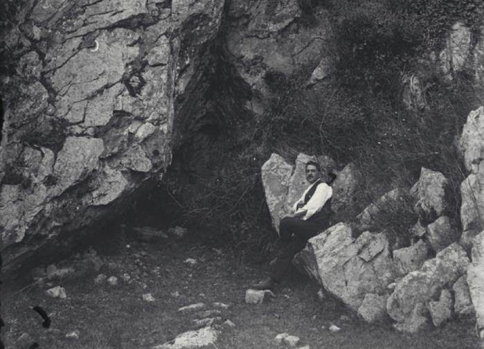 Benítez Mellado, fotografiado en el entorno de La Peña de Candamo, en 1917.© Francisco Hérnández-Pacheco de la Cuesta, CSIC