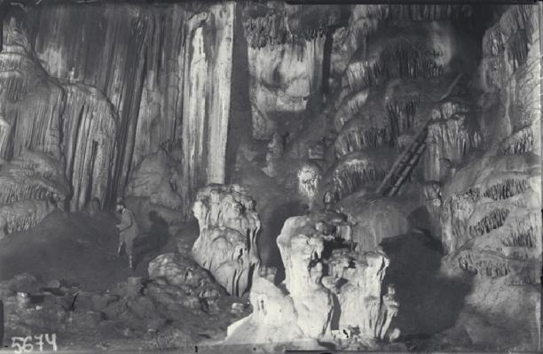 Vista del interior de la cueva en 1917: a la izquierda, Eduardo Hernández-Pacheco; a la derecha, escalera colocada para subir al Camarín. © Juan Cabré, CSIC