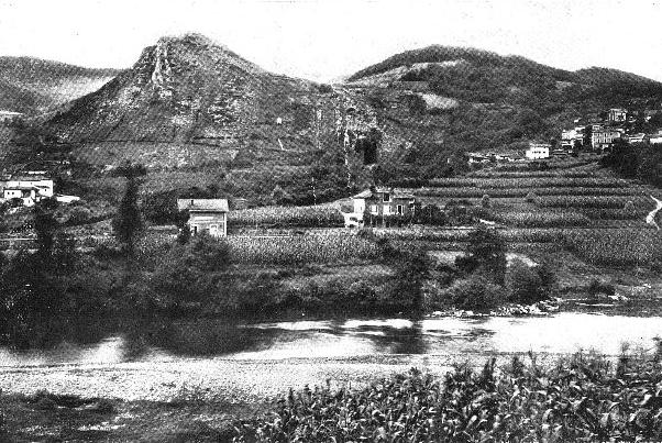 Vista de La Peña de Candamo y del pueblo de San Román, a principios del siglo XX. © Juan Cabré, CSIC