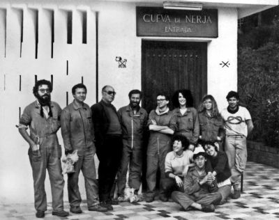 Francisco Jordá y su equipo a la entrada de la cueva de Nerja. © Julián Bécares