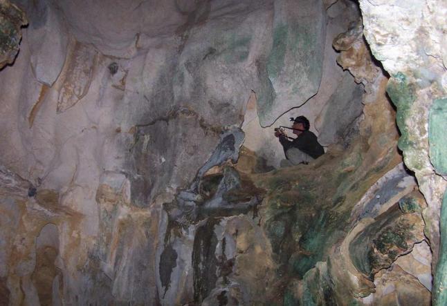 Trabajos de prospección en la cueva de Pruneda. © Centro de Interpretación de la Fauna Glacial