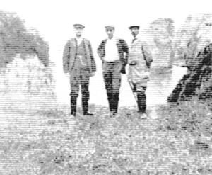Hermilio Alcalde del Río, junto a otras dos personas, a la entrada de la cueva de El Pindal