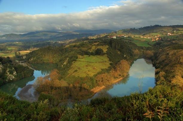 Vista panorámica de los meandros del río Nora, en las proximidades de la cueva de Las Mestas
