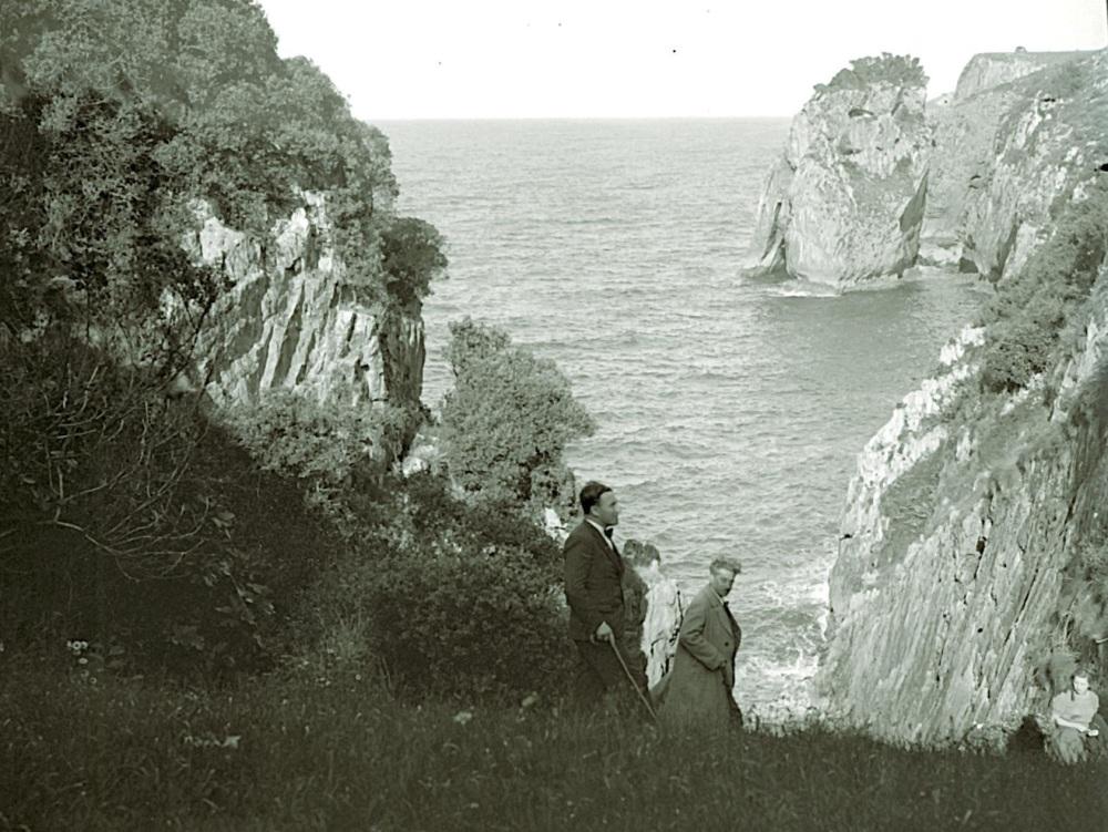 Cueva de El Pindal: retrato de Encarnación Cabré junto a otros dos personajes.